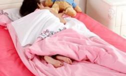 Trẻ em thường đạp chăn khi ngủ, không phải tất cả vì nóng. Cha mẹ cần biết 3 lý do này!