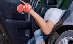 Đang 'nhấp nhô' trên xe, cặp đôi giật mình phát hiện bị quay phim, kẻ quay lén đe dọa bắt cô gái làm theo yêu cầu đáng xấu hổ