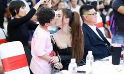 Mẹ bé trai được Ngọc Trinh hôn môi nói gì?