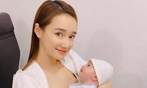 Nhã Phương dự đầy tháng con của bạn thân nhưng cách bế em bé mới gây bất ngờ