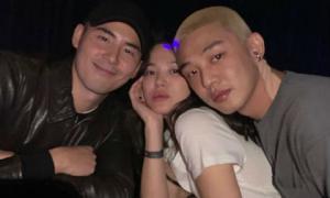 """Song Hye Kyo gây sốt khi lộ ảnh tạo dáng lả lơi, """"kẹp"""" giữa 2 trai đẹp"""