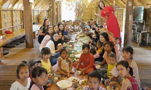 Bữa cơm đầu năm, Hoa hậu H'Hen Niê gây choáng vì quân số gia đình đông như trẩy hội