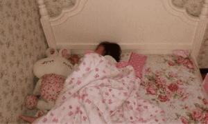 Con gái 8 tuổi ngủ giường lớn một mình nhưng luôn miệng nói chật chội quá, xem lại camera bà mẹ khóc thét lên!