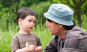 """""""Bố, con bị bạn đánh, con đánh lại được không?"""" Câu trả lời của ông bố có EQ cao rất đáng để học hỏi"""