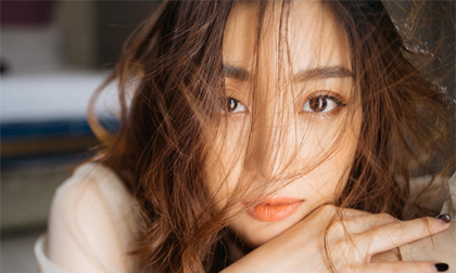 Hoa hậu Mỹ Linh mừng tuổi mới bằng bộ ảnh 'sương sương', mắt đen môi trầm dịu ngọt