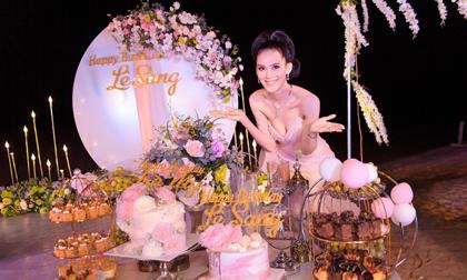 Sang Lê diện váy cúp ngực gợi cảm trong tiệc sinh nhật ở bãi biển Phú Yên