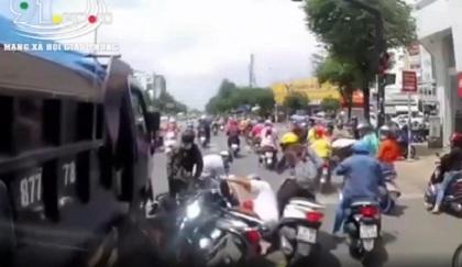 Xe tải lùa hàng loạt xe máy đang dừng chờ đèn đỏ ở ngã tư khiến nhiều người thất kinh