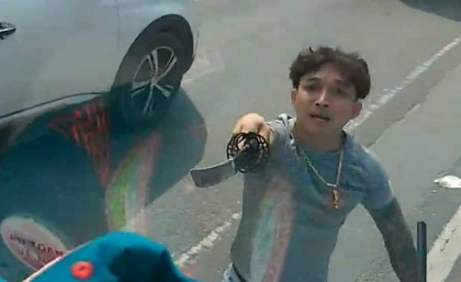 Truy tìm thanh niên cầm kiếm chém vỡ kính ô tô bấm còi xin đường ở Bình Dương