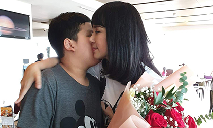 Lại thêm một góc mặt của con trai Việt Trinh: Cao lớn và ra dáng đàn ông khi ôm hoa tặng mẹ