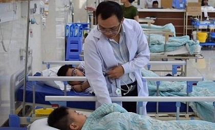 Nam sinh lén mang bình xịt hơi cay đến lớp nghịch khiến nhiều bạn nhập viện
