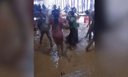 Đám cưới lầy lội nhất năm, dàn khách phấn khích nhảy nhót tưng bừng giữa sân bùn