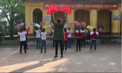 Thầy giáo dạy nam sinh múa quạt 'dẻo quẹo' để chào mừng ngày 20/11 gây sốt mạng