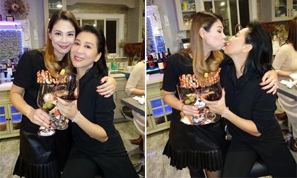Ca sĩ Thanh Thảo và MC Kỳ Duyên hôn môi khi tham dự sinh nhật Giáng Ngọc