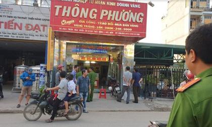 2 thanh niên bịt mặt táo tợn nổ súng cướp tiệm vàng giữa phố Sài Gòn