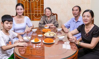 Lương Thuỳ Linh hạnh phúc gặp lại gia đình sau khoảng thời gian miệt mài làm thiện nguyện