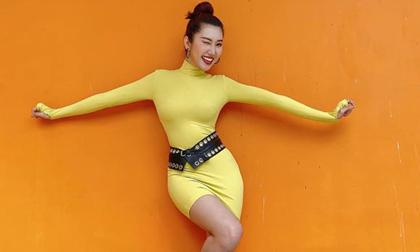 Kín đáo là vậy nhưng Hân 'Hoa hậu' vẫn vô cùng nóng bỏng với trang phục này