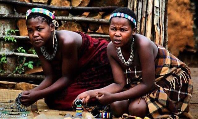 Bộ lạc nguyên thủy nhất thế giới, nơi phụ nữ cả đời không tắm bằng nước 1 lần nào
