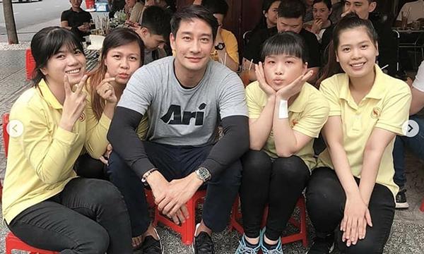 'Hoàng tử phim truyền hình Thái Lan' Pong Nawat lân la quán xá Sài Gòn