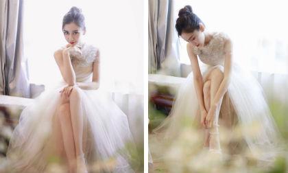 Hóa công chúa, 'gái một con' Angelababy không quên vén váy khoe chân nuột nà