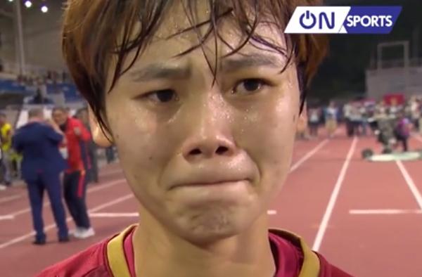 Clip xúc động: Nén nước mắt ra sân khi bà ngoại mất, Phạm Hải Yến ghi 'bàn thắng vàng' cho tuyển nữ Việt Nam
