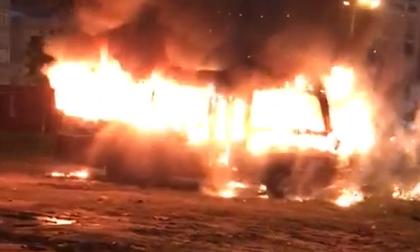 Xe khách bốc cháy ngùn ngụt khi đang đỗ ở bãi đất trống