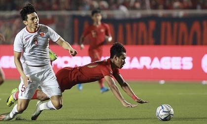 Cận cảnh pha va chạm của Văn Hậu khiến Evan Dimas phải rời sân
