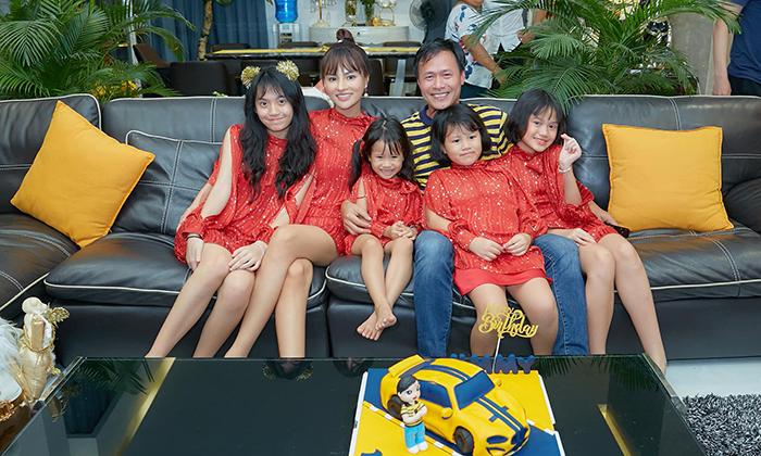 Vũ Thu Phương cùng bốn cô công chúa xinh lung linh trong một khung hình mừng sinh nhật ông xã