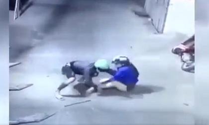 Người phụ nữ giằng co quyết liệt với tên cướp giật túi xách