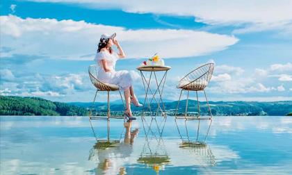 Giới trẻ đua nhau check-in quán cà phê trên mặt nước, view mây trời đang gây sốt ở Đà Lạt