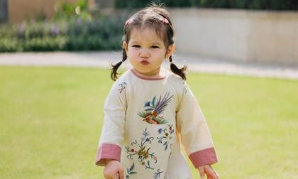 Con gái Hà Anh tạo dáng cực yêu khi diện áo dài
