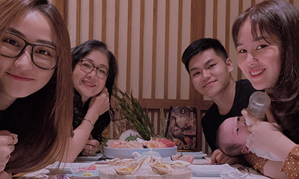 Đi ăn cùng bạn thân Ngân Khánh, Lê Phương chứng tỏ trình của 'mẹ bỉm sữa' khi vừa cho con bú vừa tạo dáng cực xinh