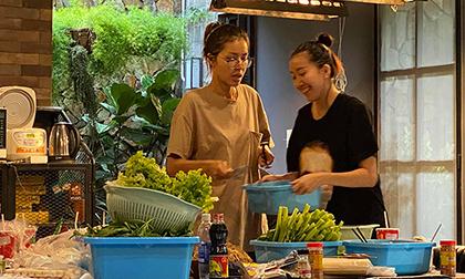 Minh Tú bị chụp lén khoảnh khắc tất bật lo sinh nhật NTK Chung Thanh Phong: Giản dị vẫn cực chất