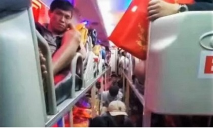 Xe giường nằm 40 chỗ nhồi 82 hành khách về quê ngày Tết