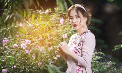 Đan Lê khoe sắc bên hoa trong bộ ảnh Tết
