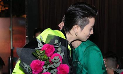 Hoàng Thùy Linh đăng ảnh bên Gil Lê, lại còn ôm nhau cực tình