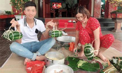 Phan Văn Đức trổ tài gói bánh chưng đón Tết tại nhà vợ