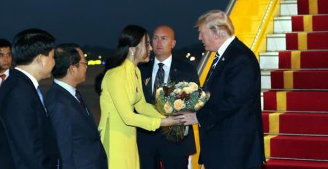 côn gái tặng hoa cho tổng thống Trump 1