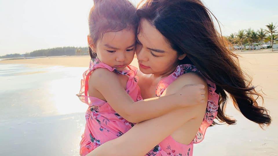 Phạm Quỳnh Anh đăng ảnh ngày bé giống hệt con gái thứ 2 hiện tại 0