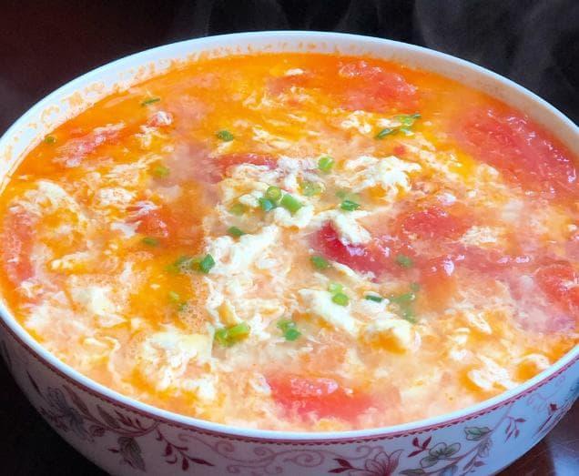 Khi nấu canh cà chua trứng, nên cho nước trước hay cà chua trước? Mách bạn cách làm đúng