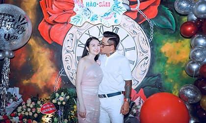 Tuấn Hưng hôn vợ say đắm trong tiệc sinh nhật lãng mạn