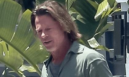 Không thể nhận ra Brad Pitt sau thời gian dài tránh dịch: Tóc dài lượt thượt, râu ria xồm xoàm