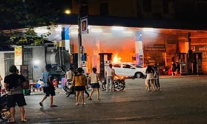 Tài xế lùi xe làm đổ cột bơm cây xăng khiến ô tô bốc cháy dữ dội lúc nửa đêm