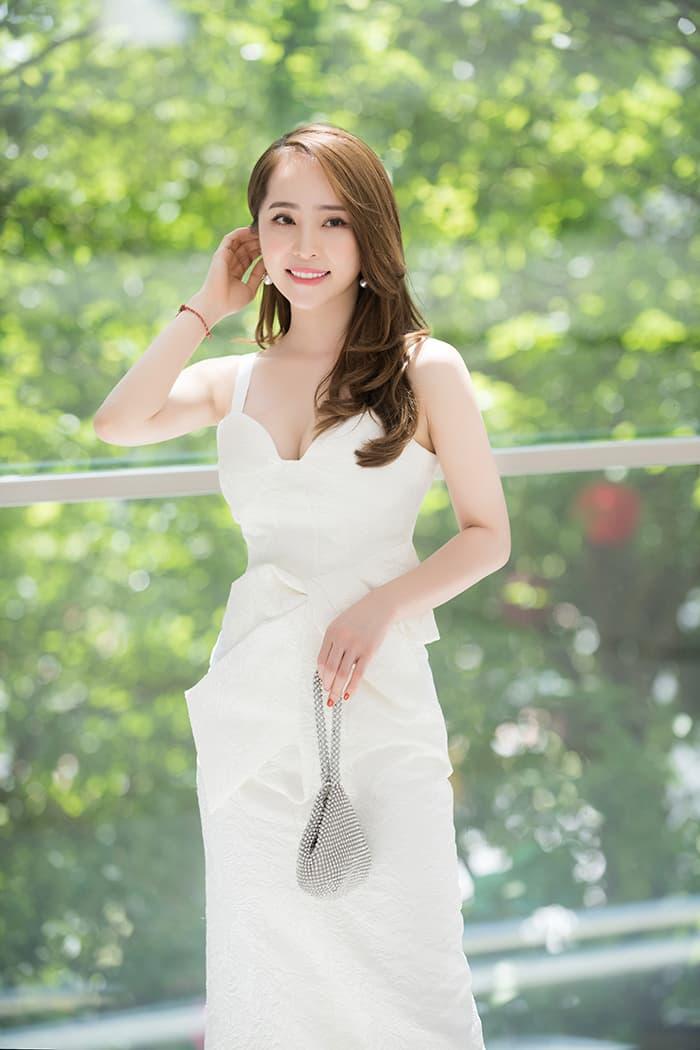 Quỳnh Nga mặc váy trắng muốt tôn vòng một, điệu đà như tiểu thư 10