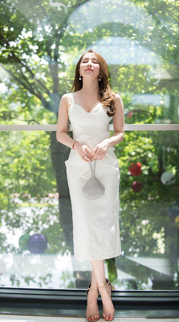 Quỳnh Nga mặc váy trắng muốt tôn vòng một, điệu đà như tiểu thư 1