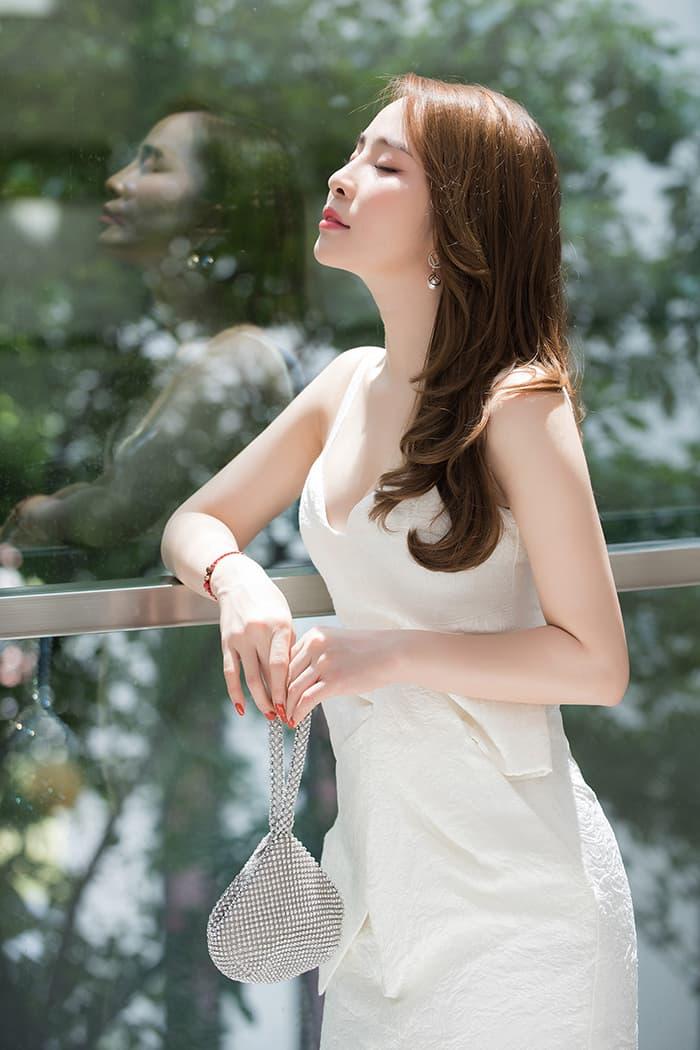 Quỳnh Nga mặc váy trắng muốt tôn vòng một, điệu đà như tiểu thư 0