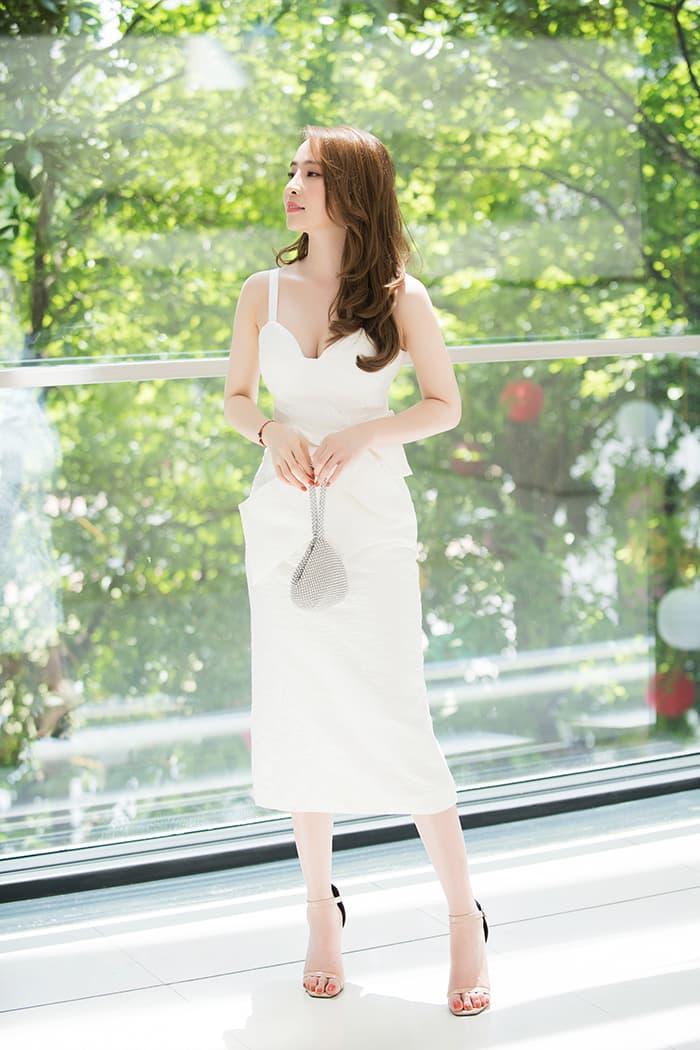Quỳnh Nga mặc váy trắng muốt tôn vòng một, điệu đà như tiểu thư 9