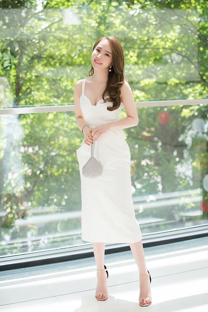 Quỳnh Nga mặc váy trắng muốt tôn vòng một, điệu đà như tiểu thư 8