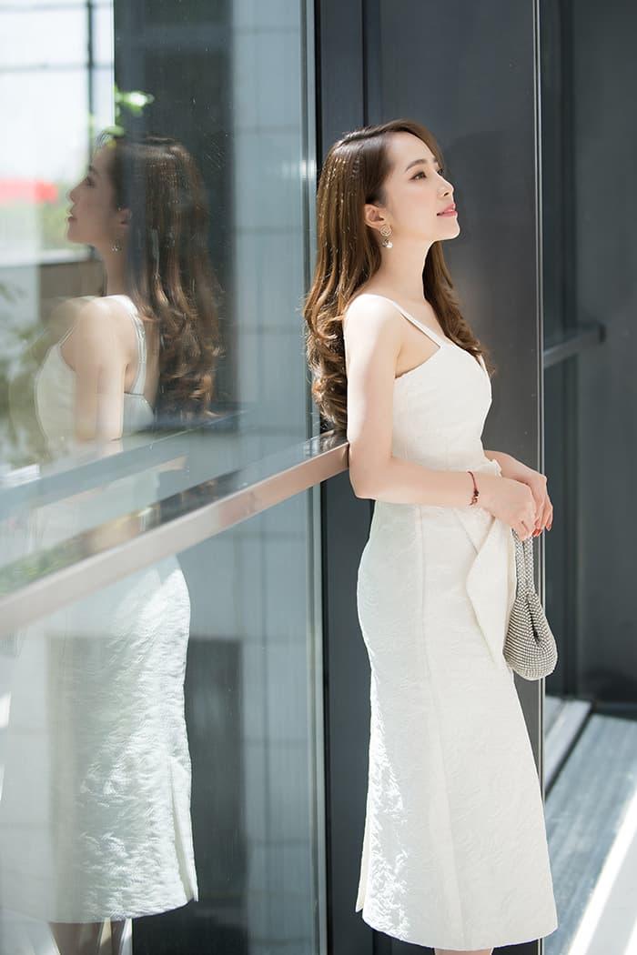 Quỳnh Nga mặc váy trắng muốt tôn vòng một, điệu đà như tiểu thư 7