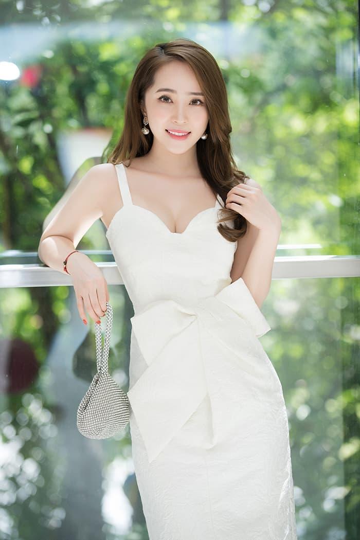 Quỳnh Nga mặc váy trắng muốt tôn vòng một, điệu đà như tiểu thư 6