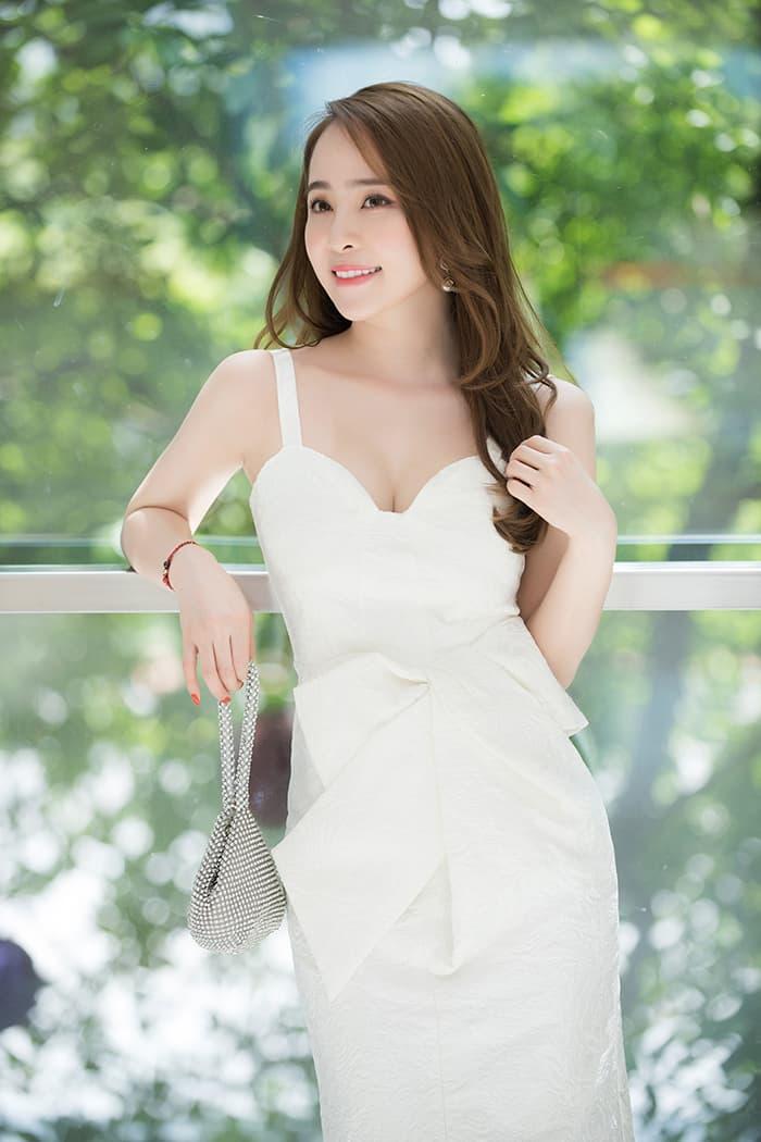 Quỳnh Nga mặc váy trắng muốt tôn vòng một, điệu đà như tiểu thư 5